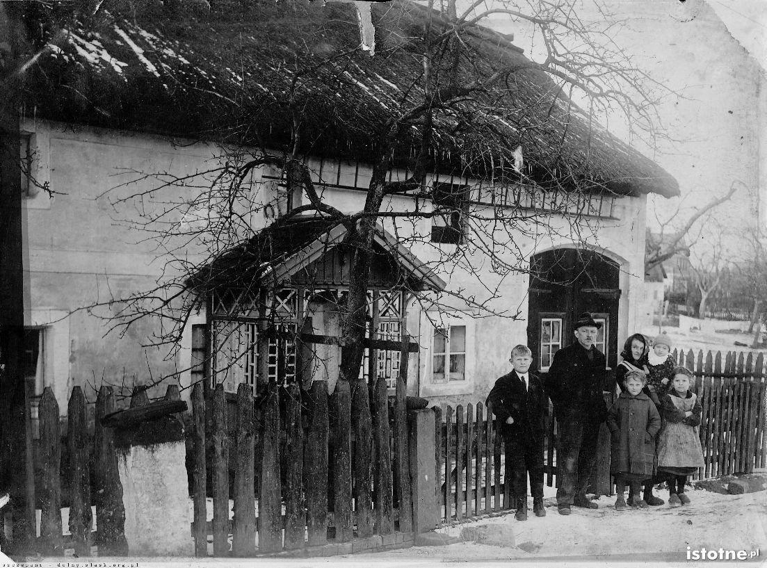 Zdjęcie z początku XX w. z ówczesnymi mieszkańcami