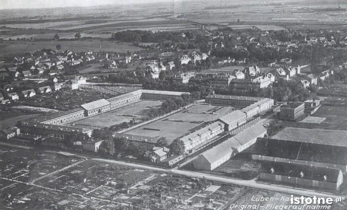 Zdjęcie lotnicze koszar, wykonane na przełomie lat 20. i 30. XX wieku