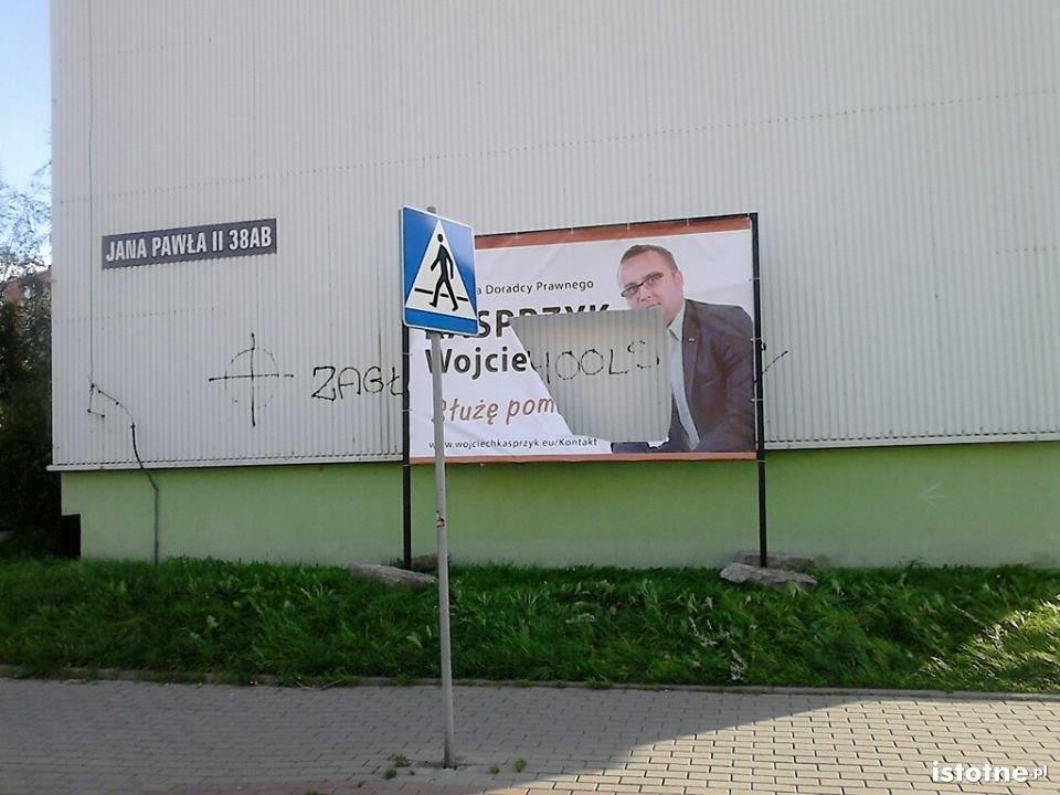 Zniszczony baner Kancelarii Doradcy Prawnego Wojciecha Kasprzyka
