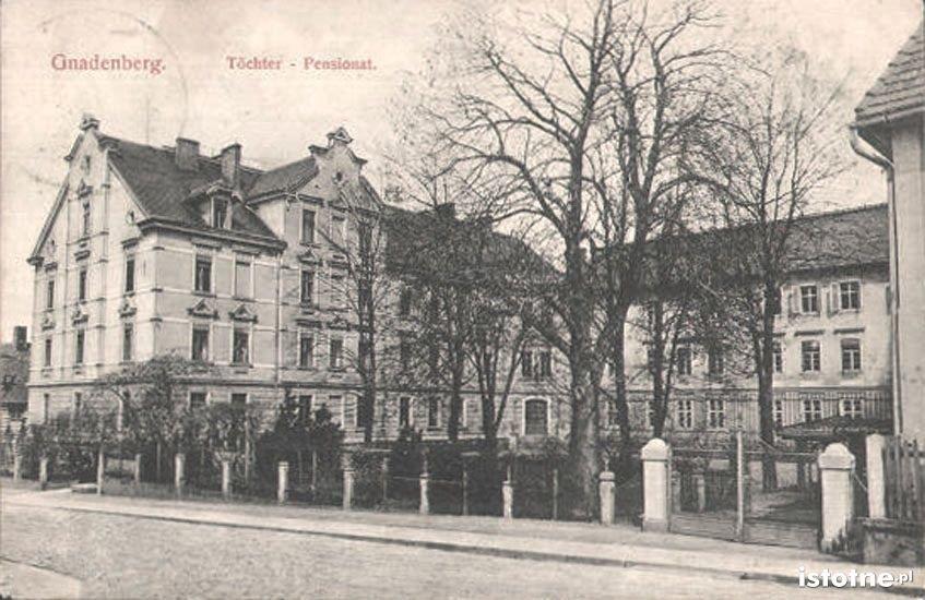 Pensjonat dla panien na pocztówce z początku XX w.