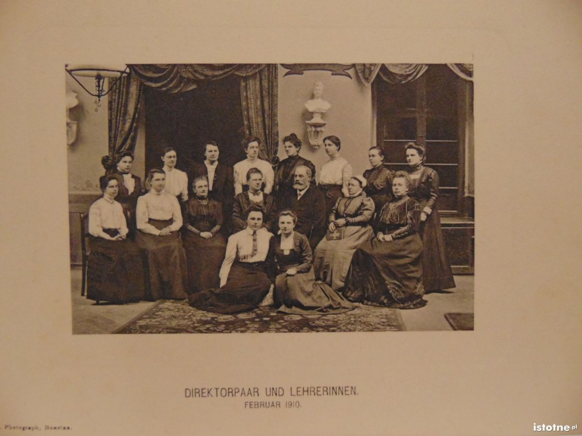 Dyrektor z nauczycielkami w pensjonacie dla panien w 1910 r.
