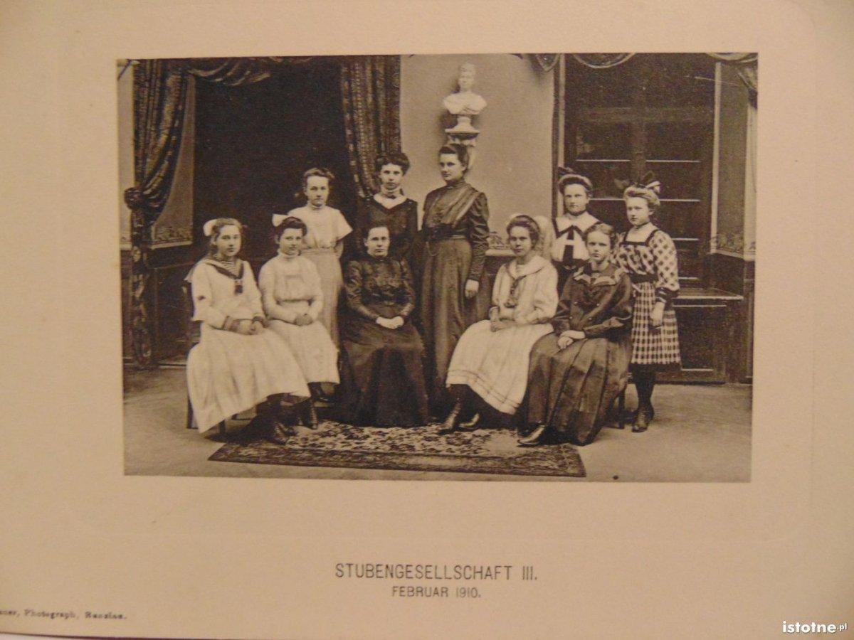 Uczennice klasy III pensjonatu dla panien w 1910 r.