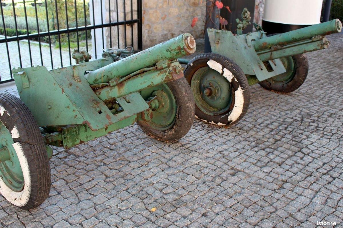 Armaty pułkowe 76 mm na dziedzińcu bolesławieckiego Muzeum