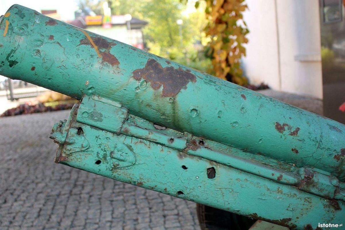 Uszkodzenia armaty znajdującej się na dziedzińcu bolesławieckiego Muzeum