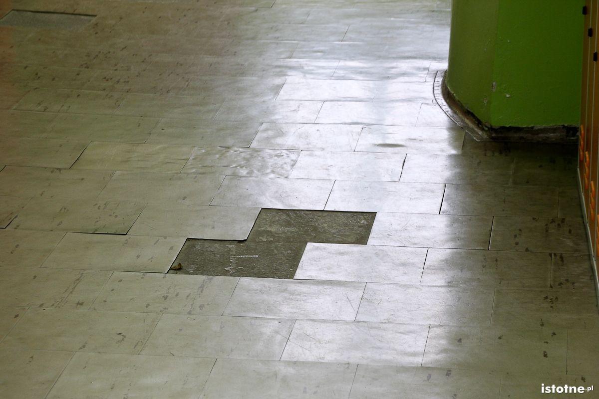 Rozpadająca się podłoga w szkole