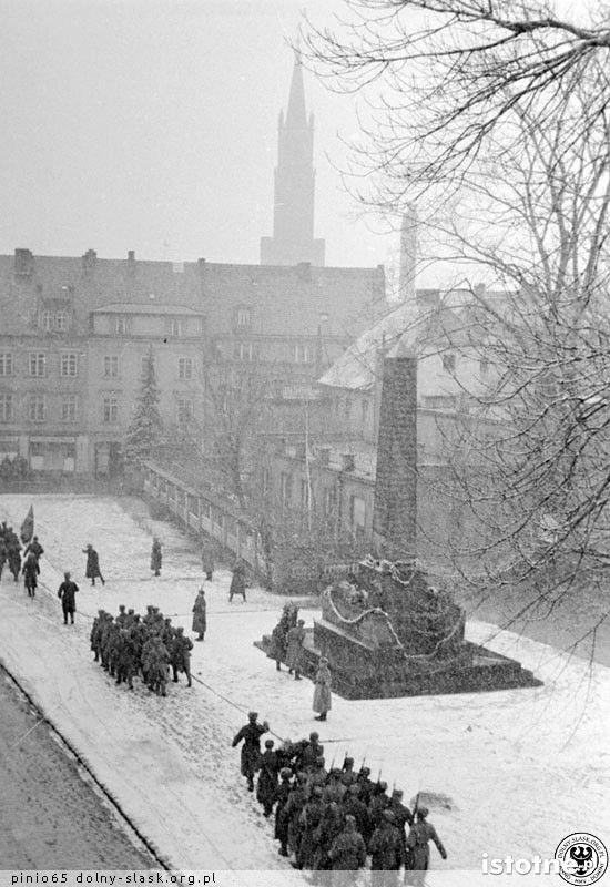 Defilada wojsk przy pomniku w marcu 1945 r.