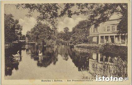Fasada budynku na malowniczej pocztówce z początku XX wieku