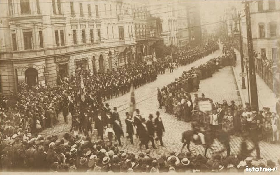 Przemarsz cechów w 1922 r. ulicą Chojnowską