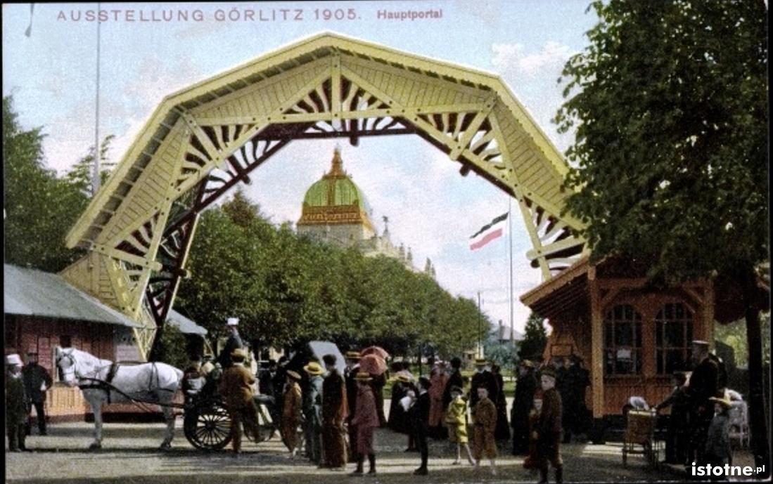 Widok na bramę wejściową do pawilonów wystawowych