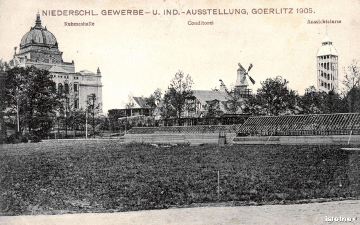 Na karcie pocztowej zaprezentowano budynki wystawowe, m.in. cukiernie