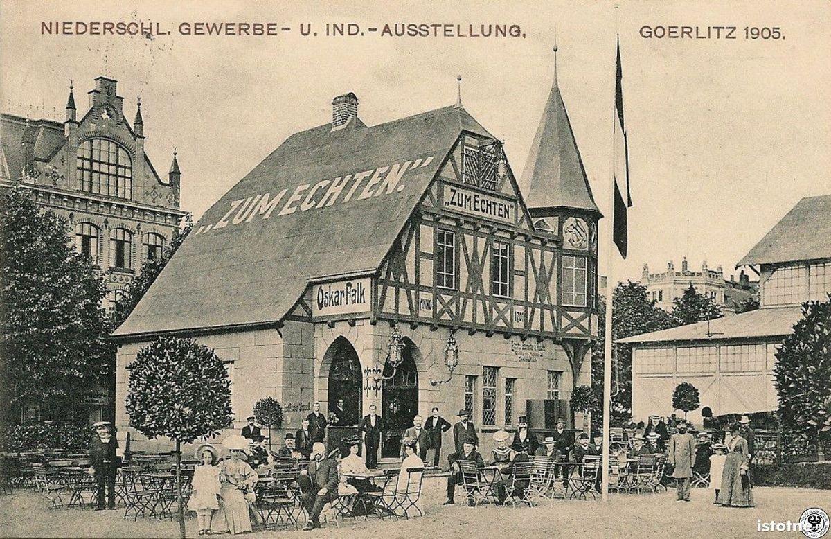 Na pocztówce zaprezentowano restaurację, w lewym górnym rogu widzimy budynek liceum
