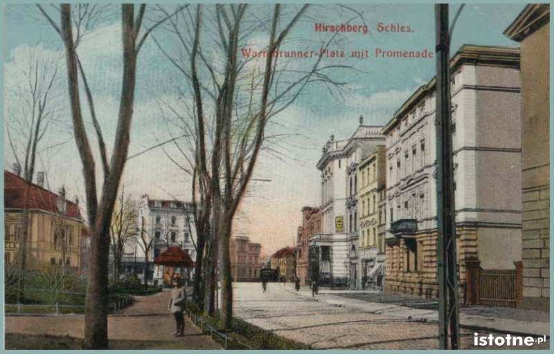 Na karcie pocztowej z pierwszej połowy XX w. widzimy zakończenie ulicy Bankowej i plac Niepodległości