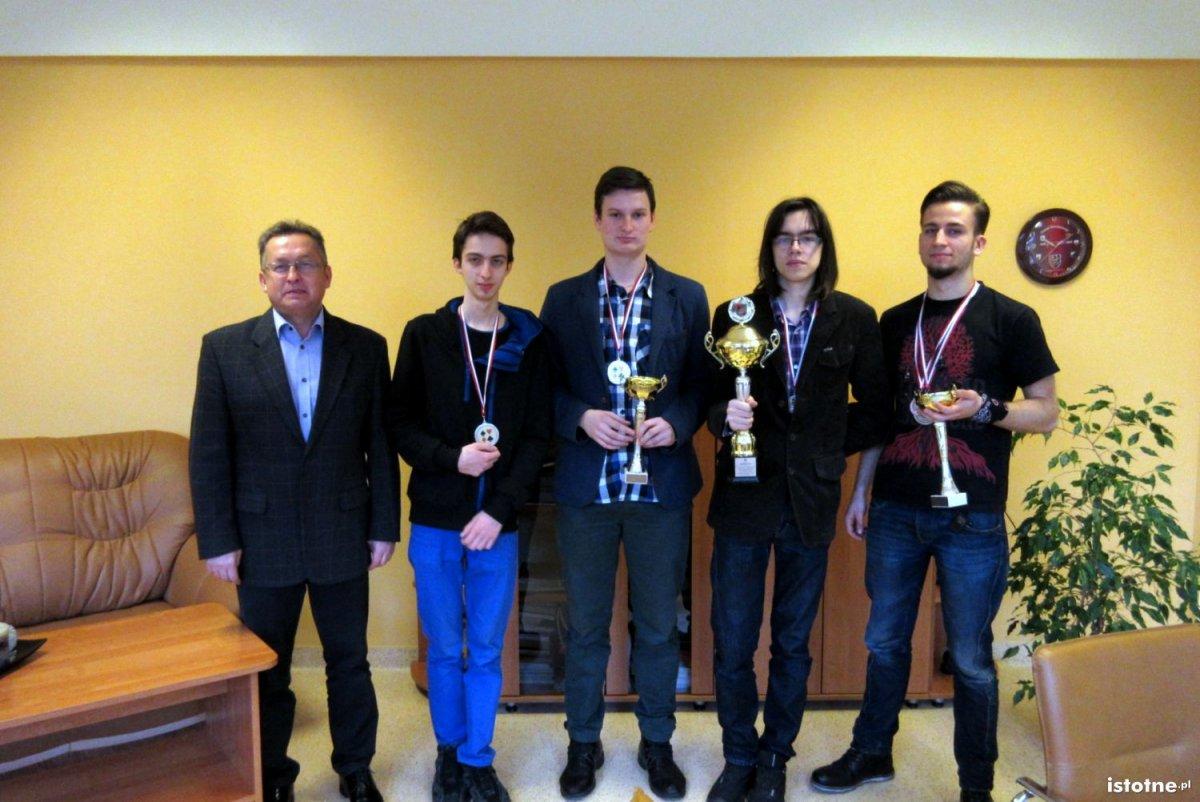 Brydżyści z II LO z pucharem za II miejsce w Dolnośląskiej Lidze Młodzieży Szkolnej