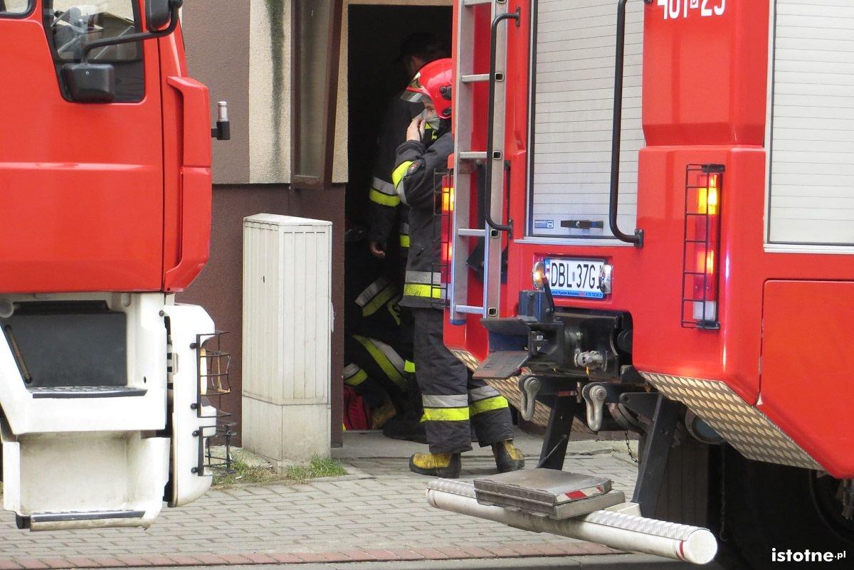 Wozy strażackie przed kamienicą na ul. Żwirki i Wigury