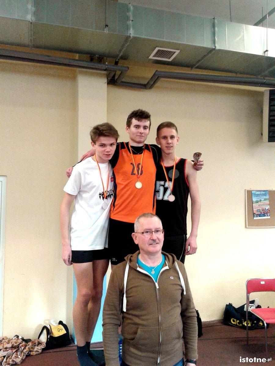 Kamil Kawka (w środku) i trener Ryszard Posacki