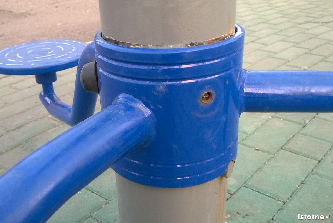 Uszkodzone urządzenie na placu zabaw