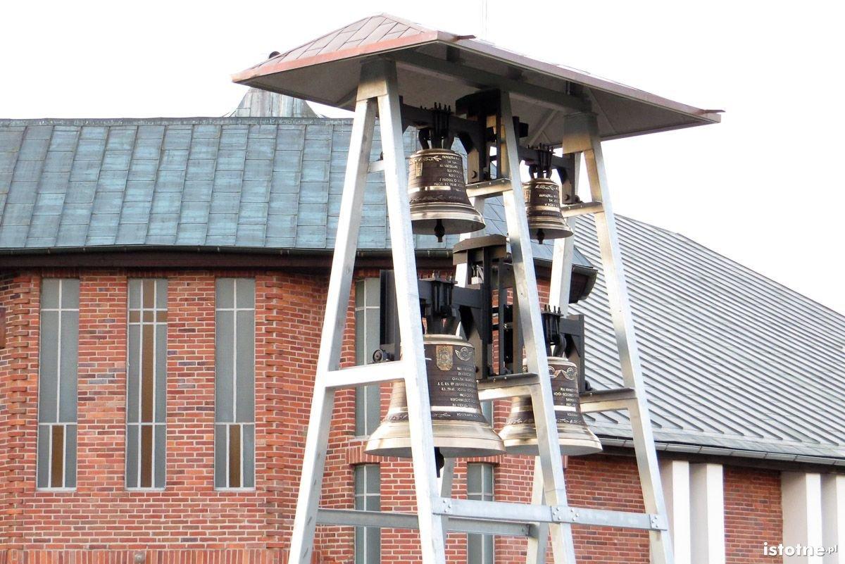 Dzwony przy kościele