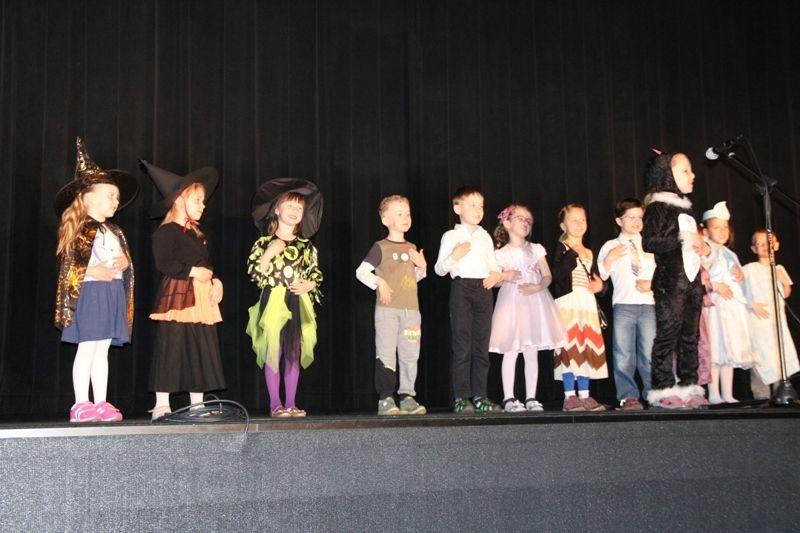 Przedszkolaki na scenie dla PCK z-index: 0