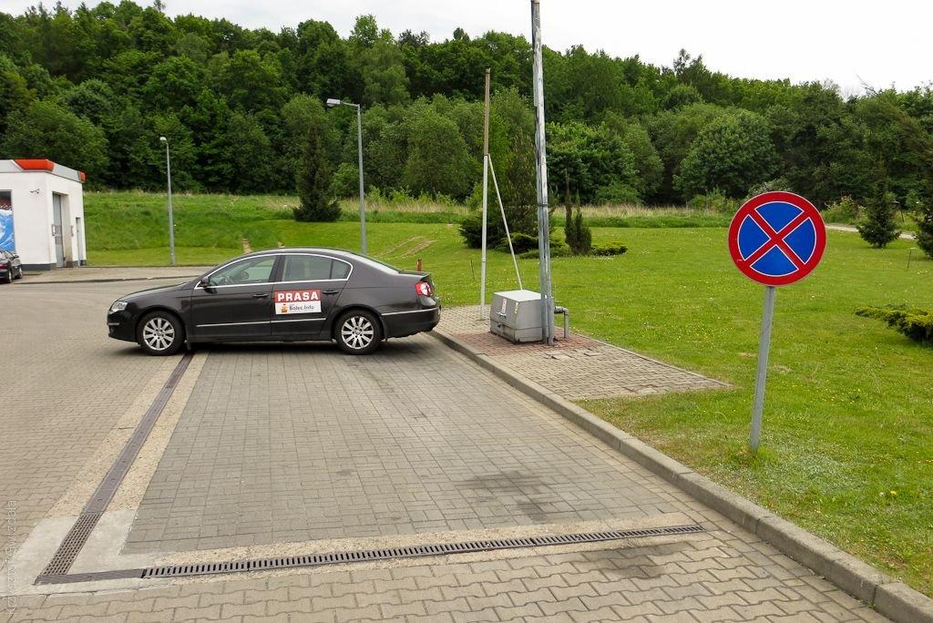 Auto stojące za znakiem zakaz zatrzymywania się