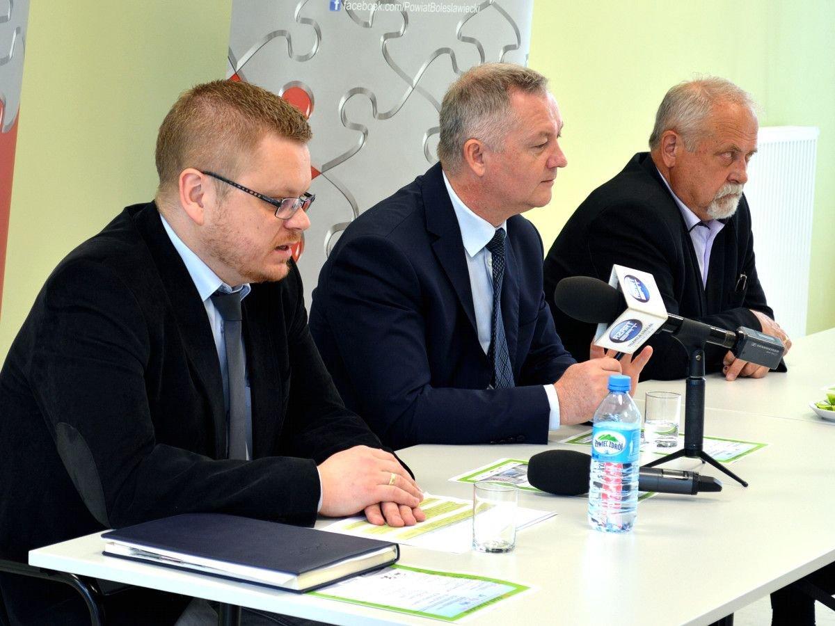 sekretarz Powiatu Radosław Palczewski, starosta bolesławiecki Dariusz Kwaśniewski i przewodniczący Rady Powiatu Bolesławieckiego Karol Stasik
