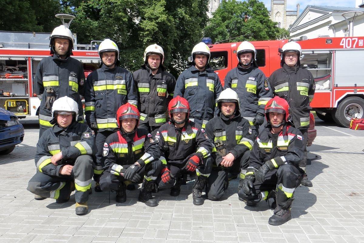 Strażacy biorący udział w pokazie