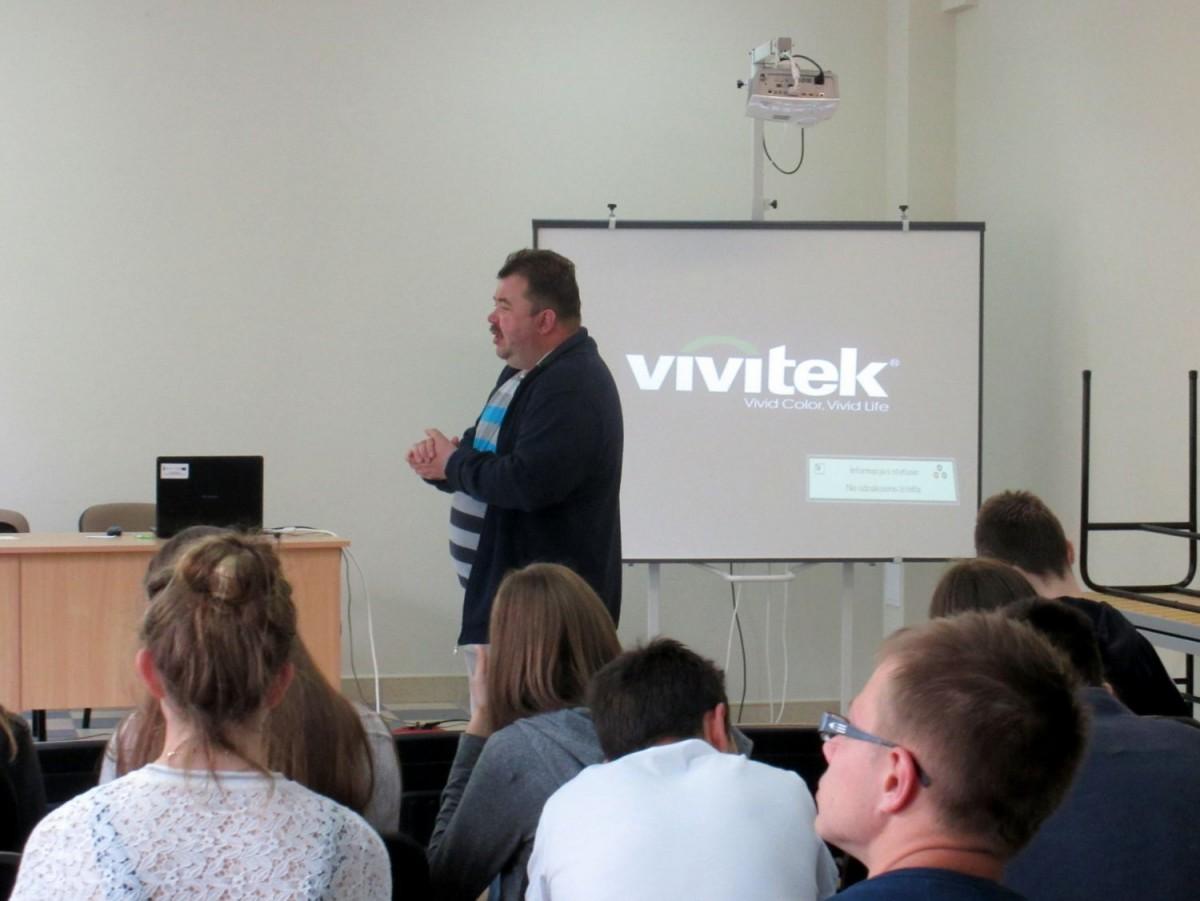 Profesor Miłosz Bukwalt podczas wykładu w II LO