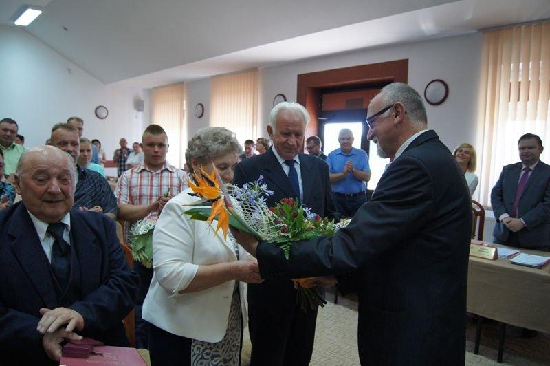 Wójt wręcza medale od Prezydenta Polski parom małżeńskim za długoletnie pożycie z-index: 0