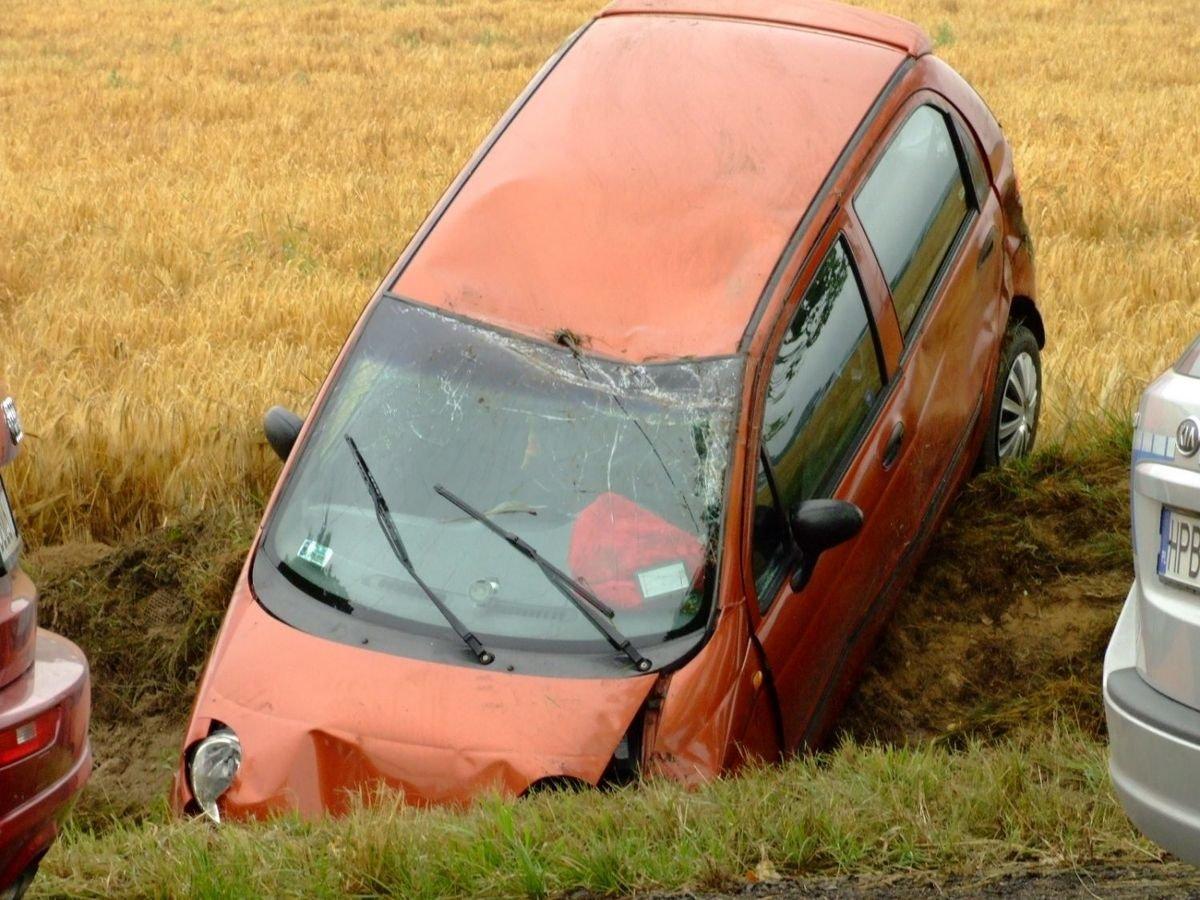 Auto dachowało między Wartą Bolesławiecką a Iwinami