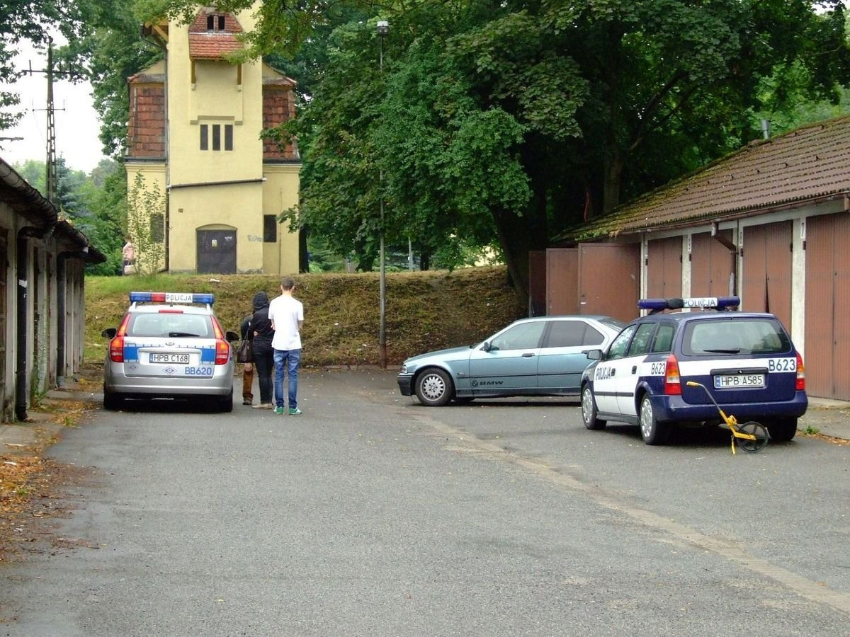 Kierująca BMW potrąciła pieszą, zjechała ze skarpy i uszkodziła drzwi garażu