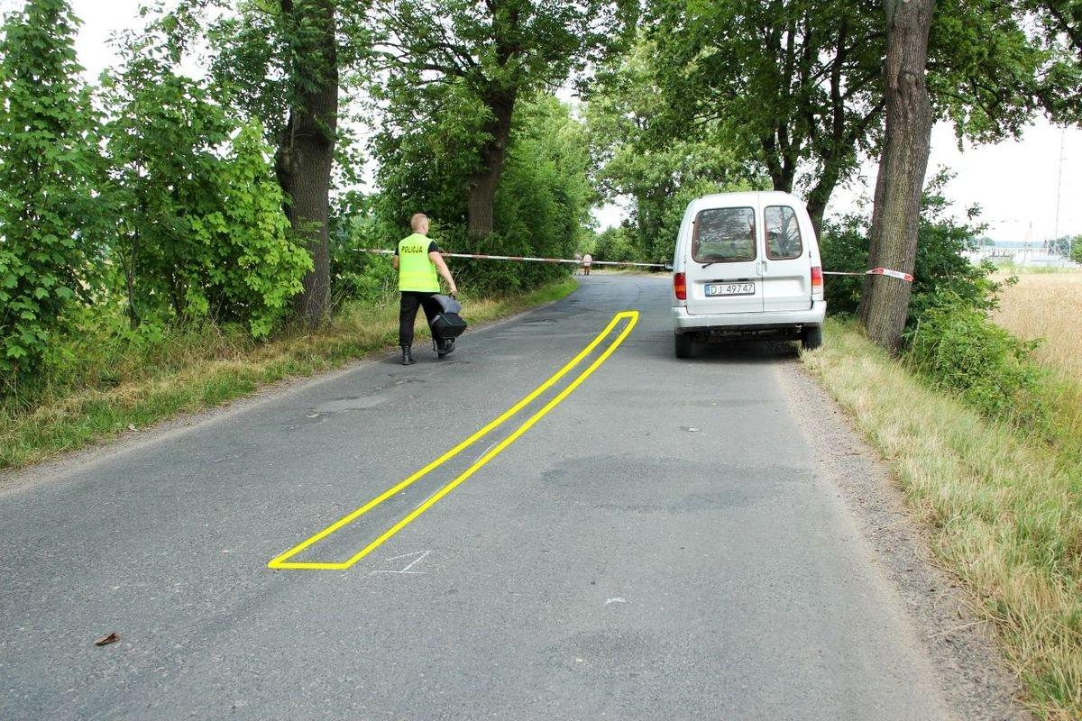 Ślady hamowania zaczynają się już 150 metrów od miejsca zderzenia. Świadczy to o dużej prędkości auta.