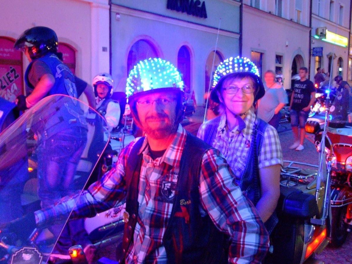 Kilkaset kolorowych motocykli na bolesławieckim Rynku