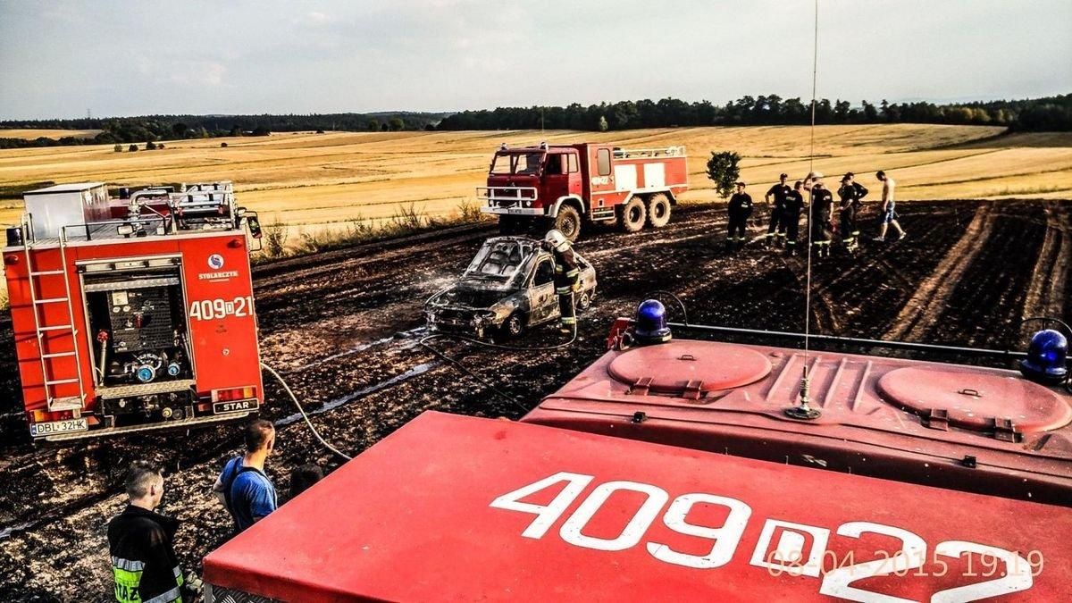 Pożar pola w Gościszowie - spłonęło auto