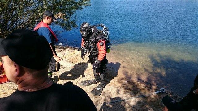Akcja straży pożarnej: samochód stoczył się do wody