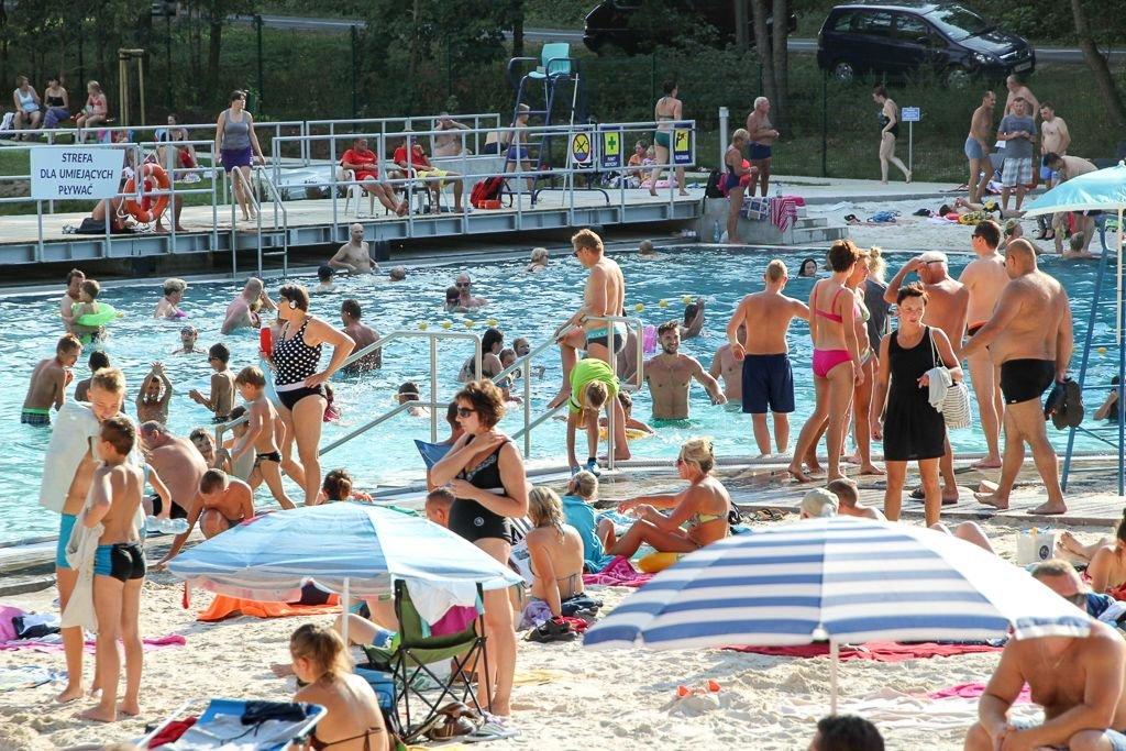 Ludzie wypoczywający na basenie Leśny potok