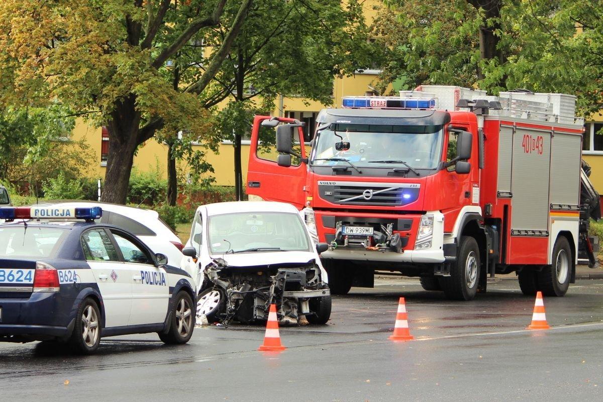 Trzy osoby ranne po zderzeniu dwóch aut koło stadionu
