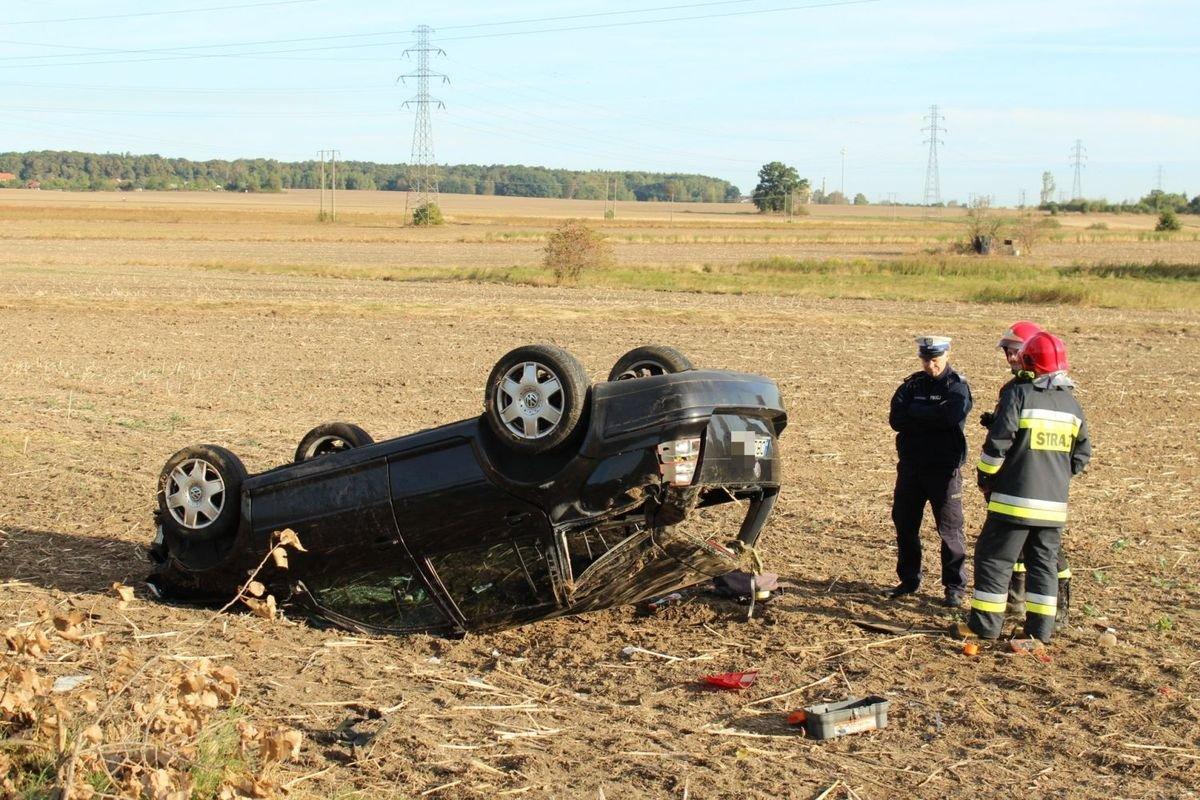 Volkswagen dachował koło Łazisk - jedna osoba w szpitalu