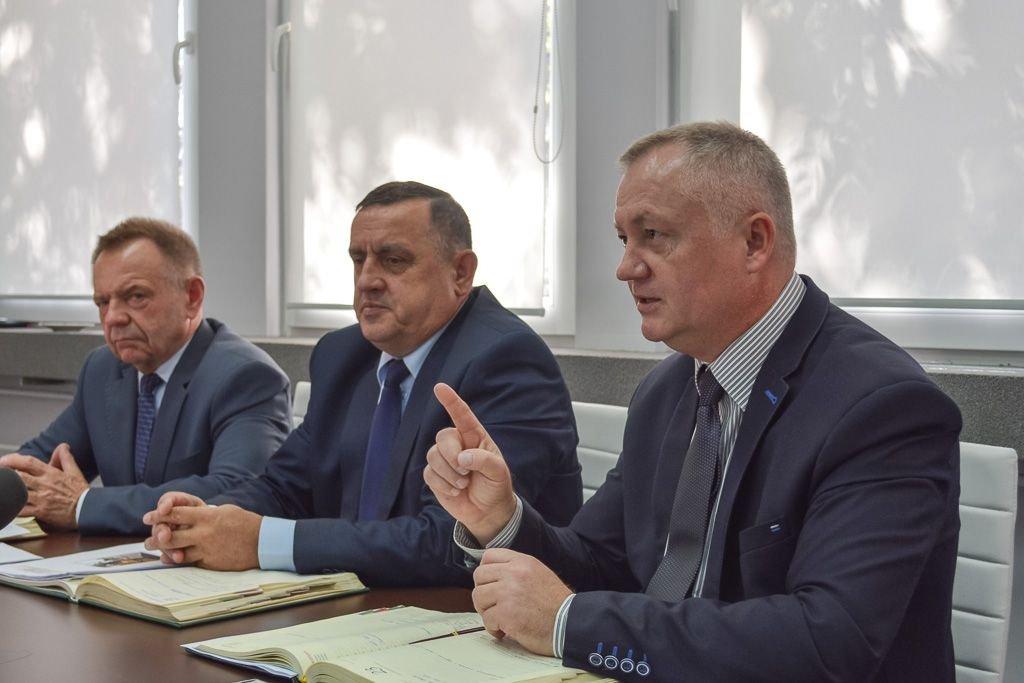Etatowy członek Zarządu Powiatu Stanisław Chwojnicki, wicestarosta Marian Haniszewski oraz starosta Dariusz Kwaśniewski