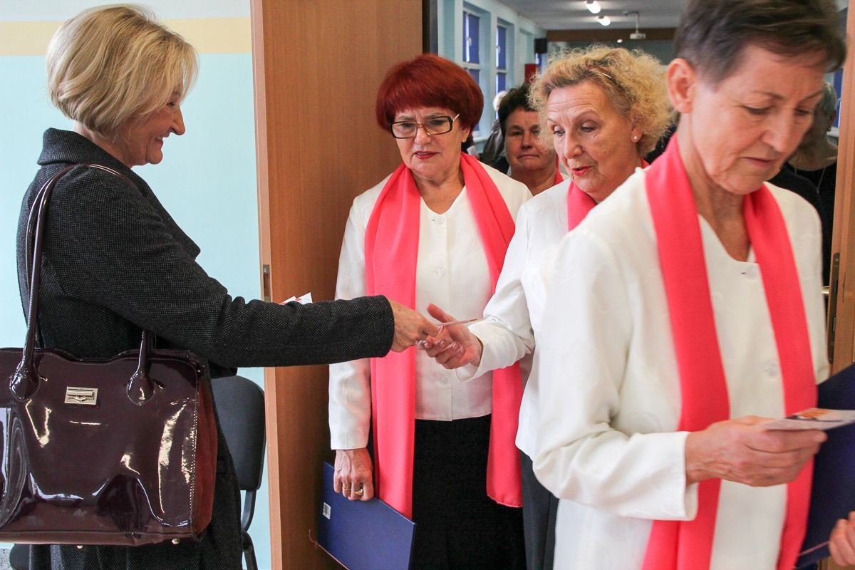 Przyjaciółka posłanki Marzeny Machałek rozdaje ulotki na terenie szkoły