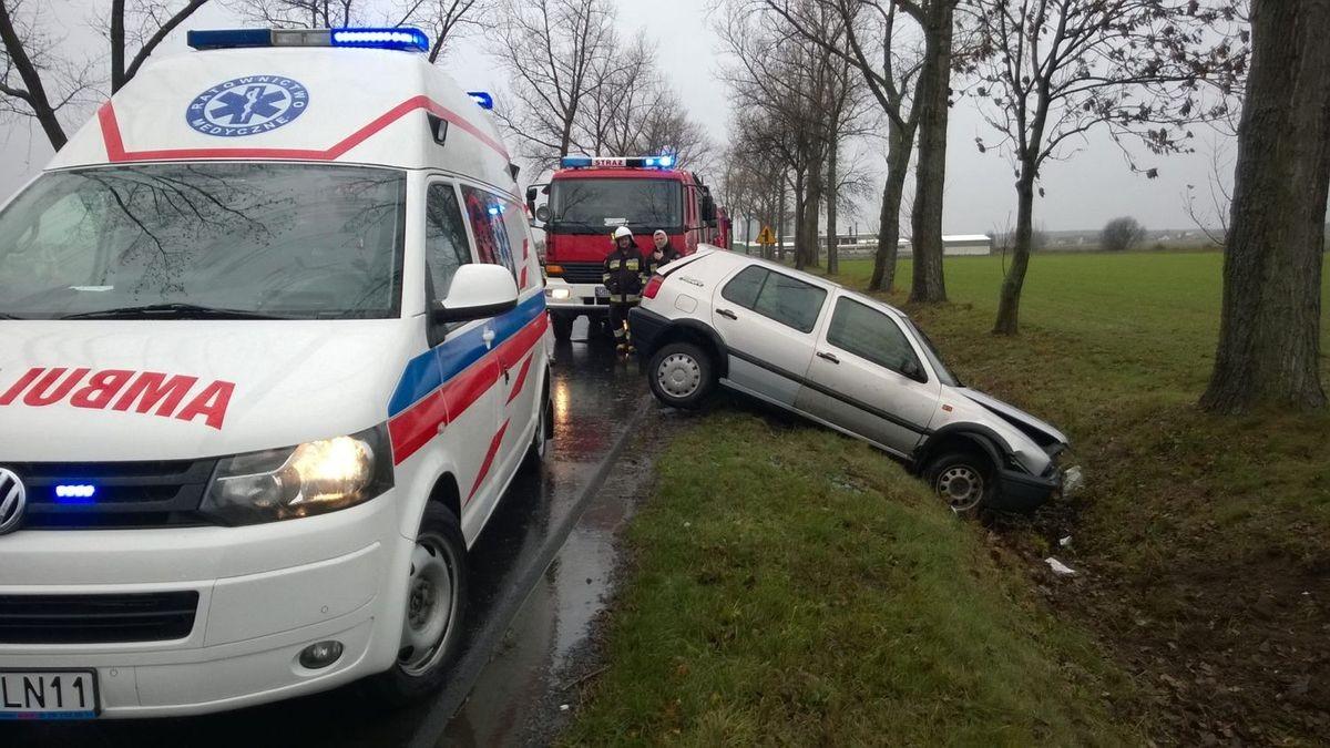 Kierowca Golfa wypadł z drogi między Wartą a Iwinami