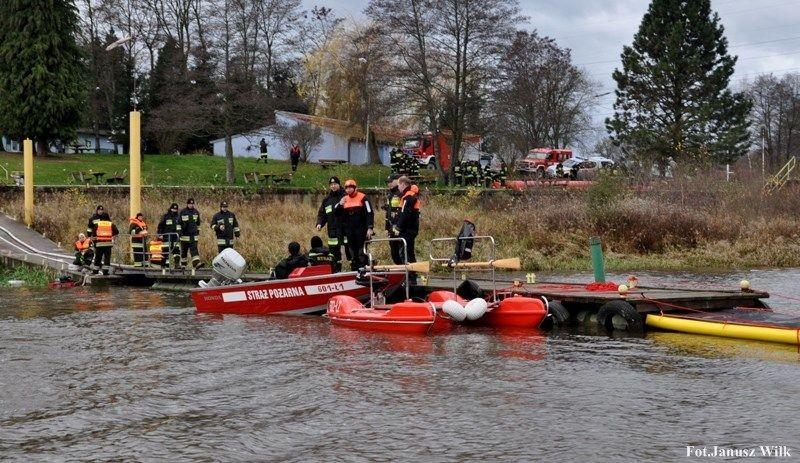Strażacy-ratownicy ćwiczyli na zbiorniku wodnym Niedów