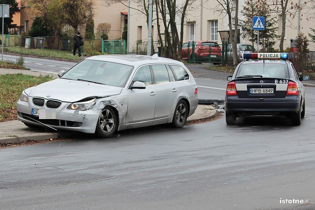 Kolizja BMW i Peugeota koło stadionu