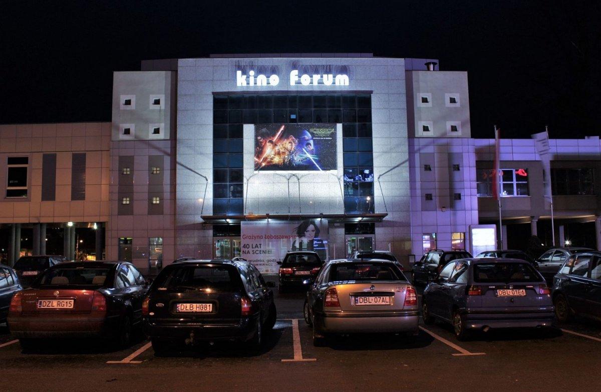 Kino Forum - budynek z neonem