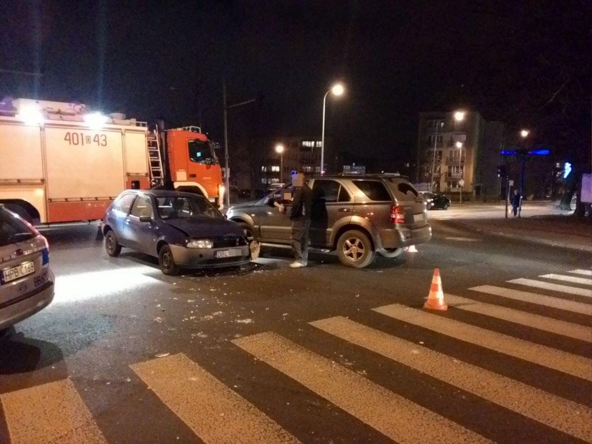 Zderzenie dwóch aut na skrzyżowaniu Tysiąclecia i Chrobrego