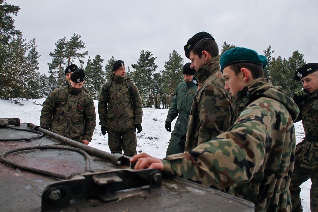 Młodzi strzelcy na szkoleniu saperskim