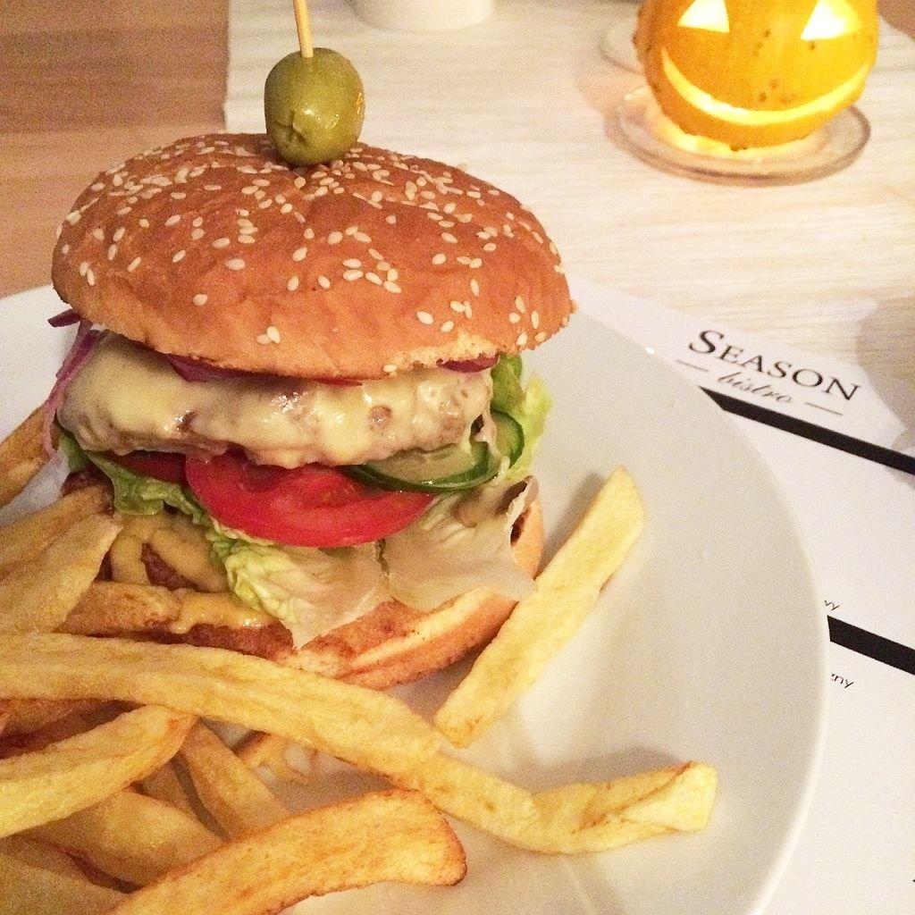 Burger 100% wołowiny z domowymi frytkami z-index: 0