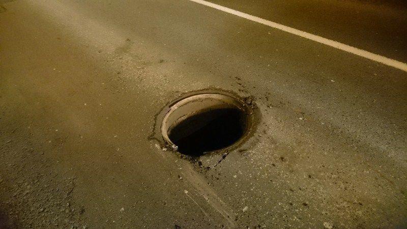 Otwarta studzienka kanalizacyjna. Mogła być przyczyną wypadku