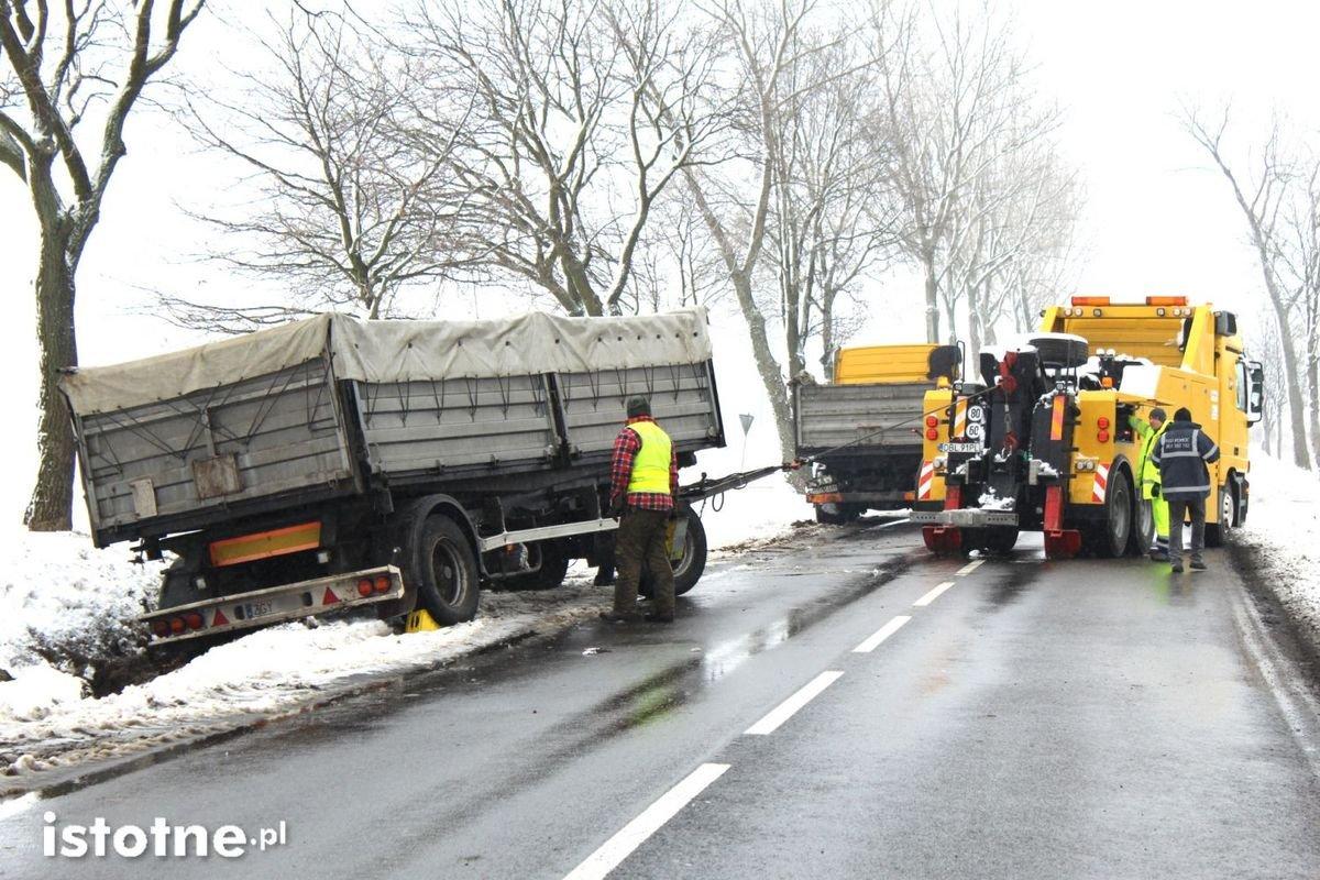 Ciężarówka z 24-t ładunkiem zsunęła się do rowu