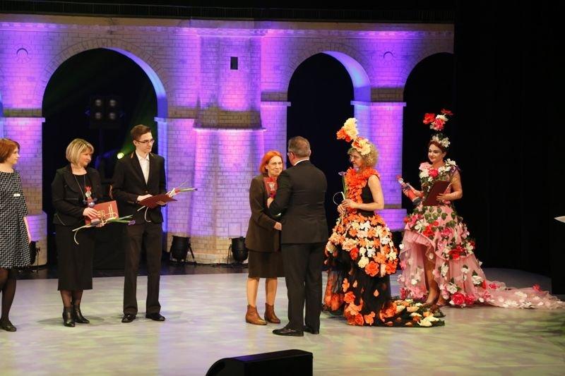Stanisława Wojda-Pytlińska odbiera nagrodę prezydenta za promocję miasta