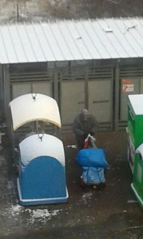 Bezdomny przy śmietniku