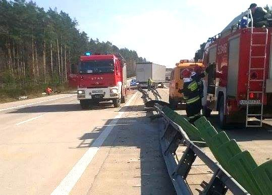 Samochód ciężarowy uderzył w barierkę na A18
